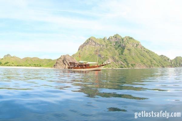 Kapal pinisi di pulau padar
