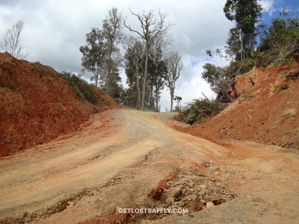 Kondisi jalan menuju ke Anggi Pegunungan Arfak, Papua Barat, Indonesia.