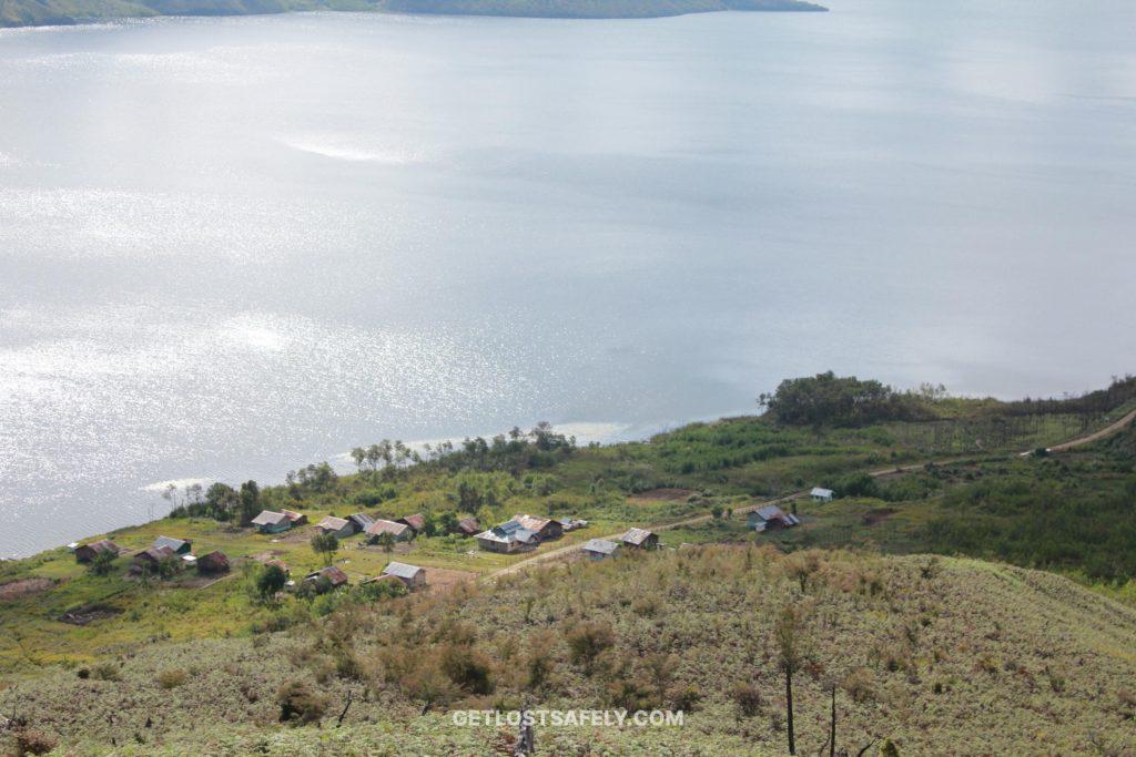 Kampung Kobrey dan Danau Anggi Giji terlihat dari atas bukit
